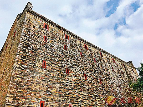 ■碉樓古堡。 香港文匯報記者方俊明  攝